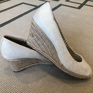 Merona Summer Wedge Gold Metallic threads size 8